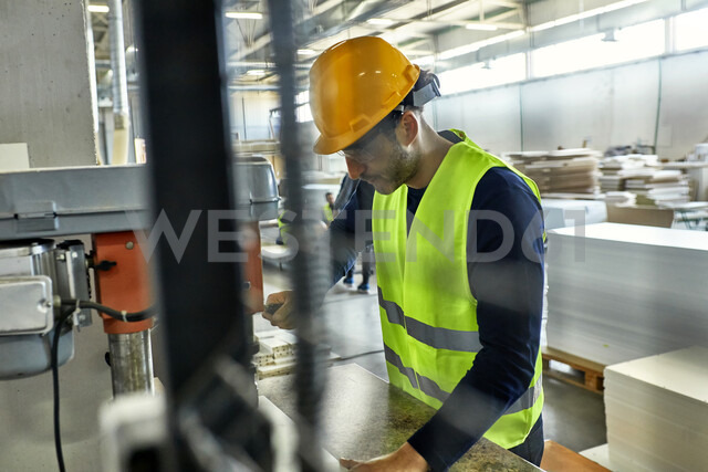 Worker operating drill in factory - ZEDF02142 - Zeljko Dangubic/Westend61