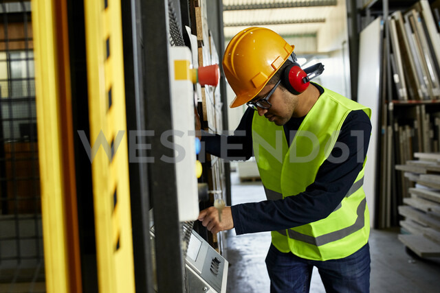 Man operating machine in industrial factory - ZEDF02169 - Zeljko Dangubic/Westend61