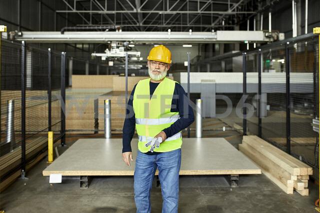 Portrait of mature worker in factory warehouse - ZEDF02205 - Zeljko Dangubic/Westend61