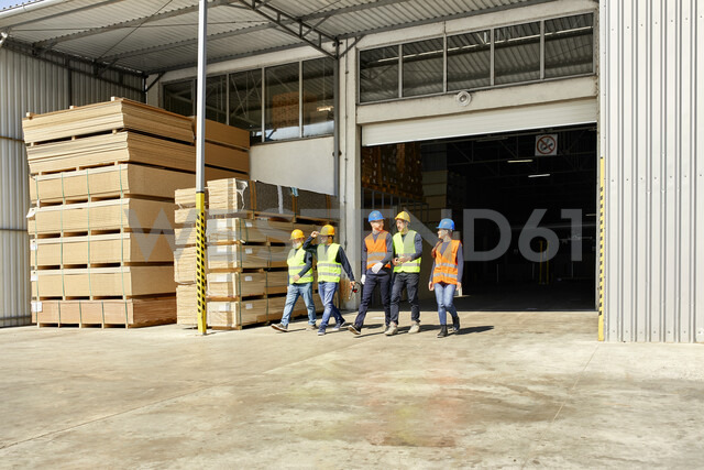 Group of workers walking on factory yard - ZEDF02211 - Zeljko Dangubic/Westend61
