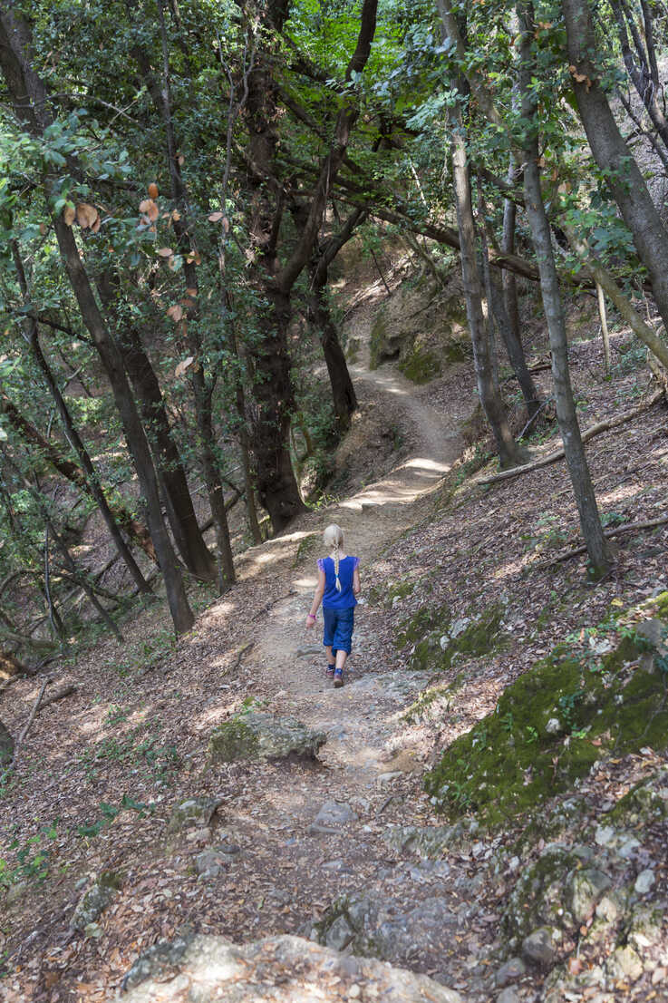 Italy, Liguria, Portofino, girl hiking on coastal trail - HSIF00531 - hsimages/Westend61