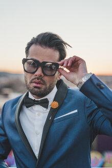 Portrait of stylish man on roof terrace wearing 3D Glasses - FBAF00375