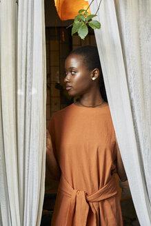 Woman through the window. Botanica, Moçambique, Maputo. - VEGF00025