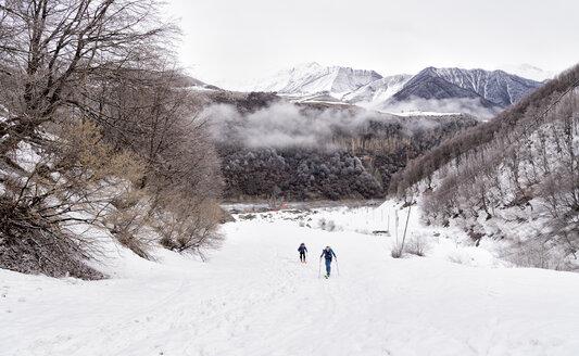 Georgia, Caucasus, Gudauri, two people on a ski tour - ALRF01452