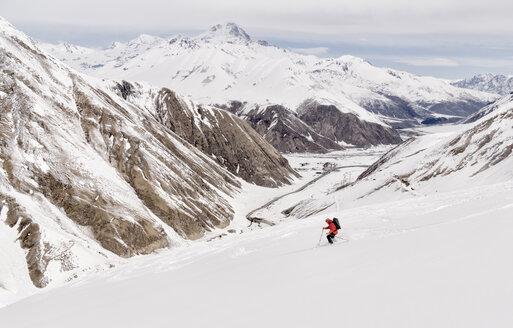 Georgia, Caucasus, Gudauri, man on a ski tour riding downhill - ALRF01470