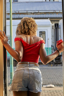Woman looking out of the train's door. Train Station, Moçambique, Maputo. - VEGF00036