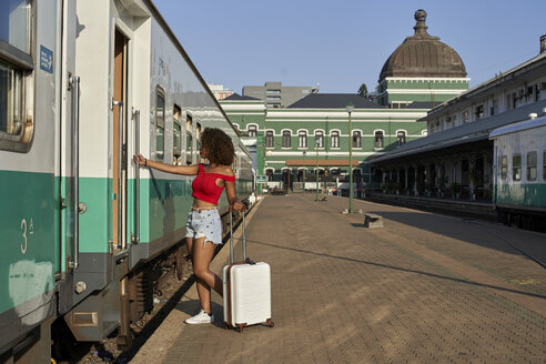 Woman about to jump on the train. Rail Station, Moçambique, Maputo - VEGF00048