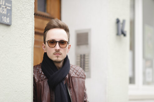 Germany, Dortmund, young fashionable man in sunglasses - EYAF00168