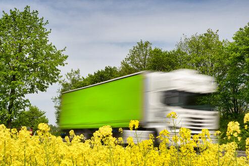 LKW mit Bewegungsunschärfe. Grevenbroich, Nordrhein-Westfalen, Deutschland - FRF00820