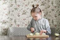 Girl slicing courgette - EYAF00174