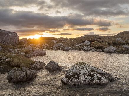 Großbritannien, Schottland, Northwest Highlands,Ben More Assynt, Sonnenaufgang über wilder Berglandschaft - HUSF00040