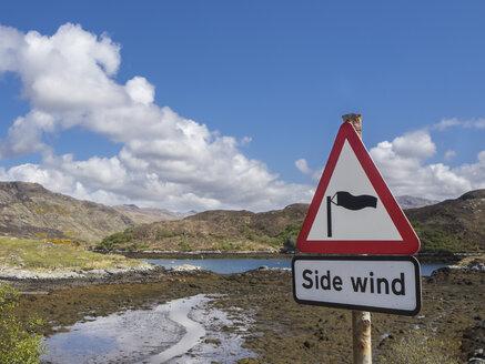 Großbritannien, Schottland, Northwest Highlands, bei Kylesku, Landschaft mit Warnung vor Seitenwind - HUSF00043