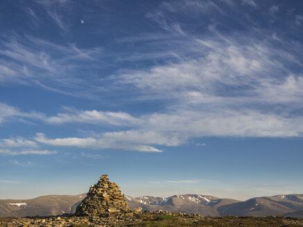 Großbritannien, Schottland, Cairngorm Mountains, bei Glenmore, Hügel mit Gipfelmarkierung vor Gebirgskulisse - HUSF00049