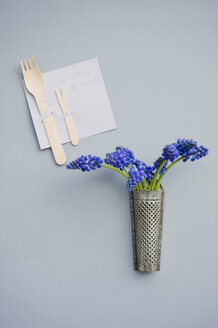 Invitation decorated with wooden cutlery, grater with grape hyacinth - GISF00421