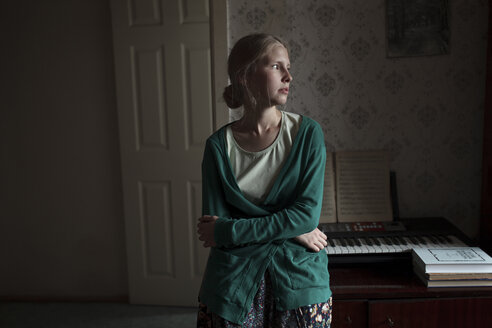 Portrait of pensive Caucasian woman leaning on piano - BLEF00701