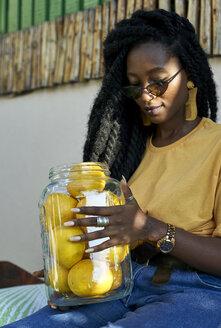 Rasta woman holding lemons. CK Café, Moçambique, Maputo - VEGF00127