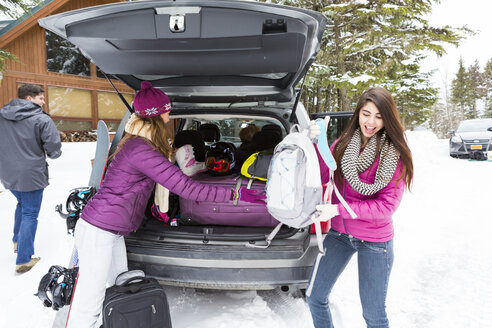 Friends unloading car at winter resort - BLEF02161