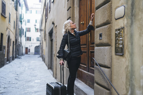 florence, tuscany, italy, woman visit a european city, enjoy the journey - FBAF00472