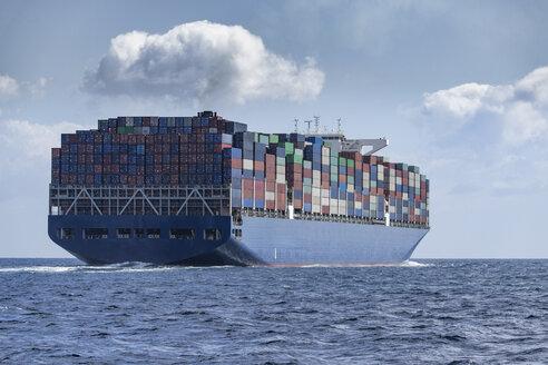 Spanien, Andalusien, Strasse von Gibraltar, Großes Containerschiff auf See, - KBF00602
