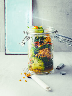 Broccoli turmeric salad with lentils and spinach in a jar - PPXF00191