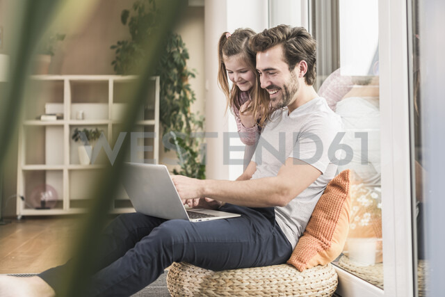 Young man and little girl surfing the net together - UUF17347 - Uwe Umstätter/Westend61