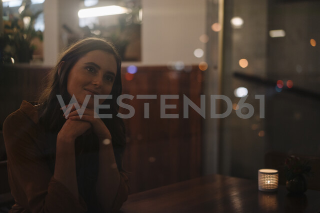 Portrait of smiling young woman behind windowpane in a restaurant - KNSF05755 - Kniel Synnatzschke/Westend61