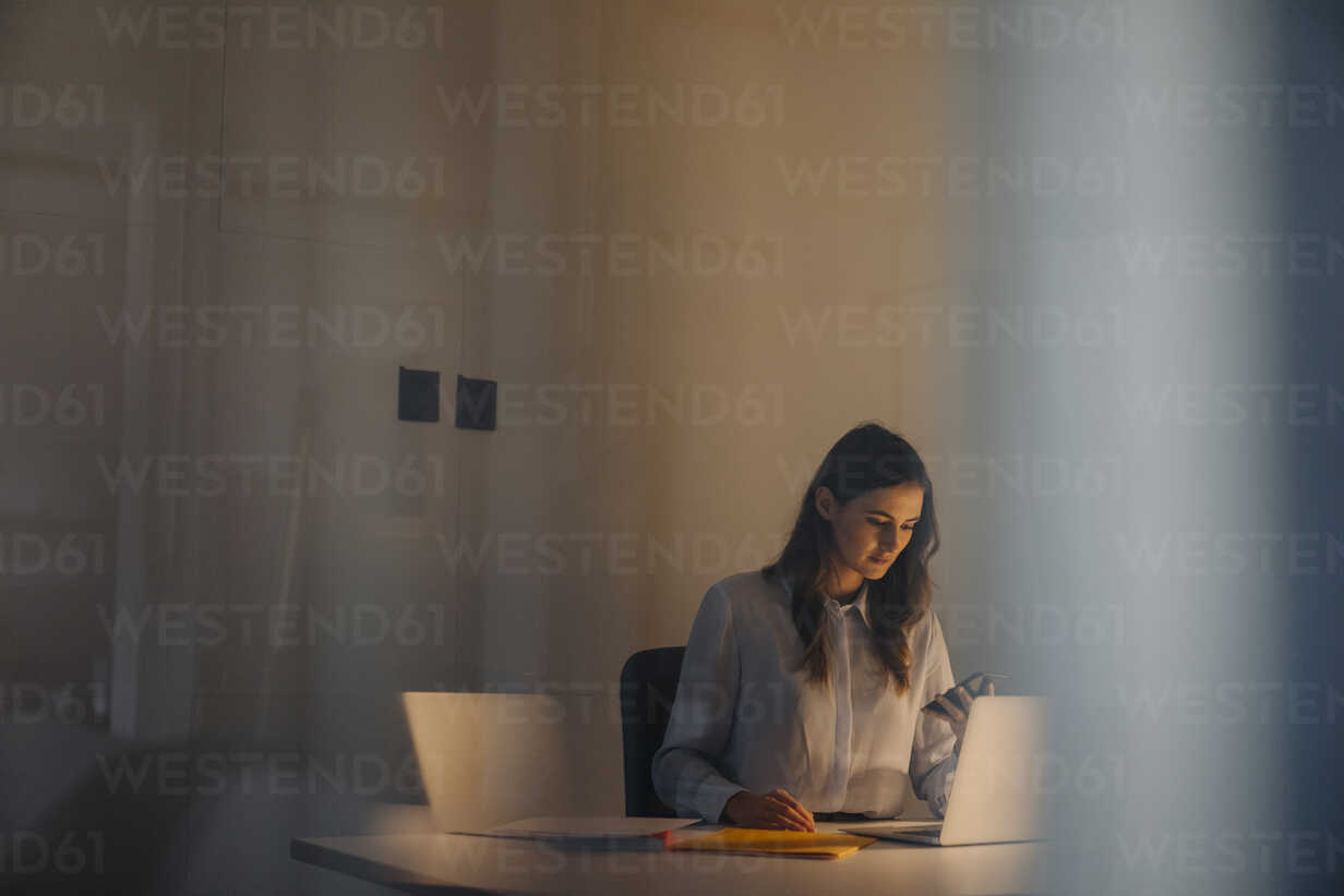 Young businesswoman working late at desk in office - KNSF05770 - Kniel Synnatzschke/Westend61