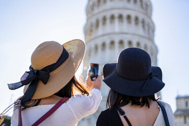 Friends taking photograph of Leaning Tower of Pisa, Toscana, Italy - CUF50637
