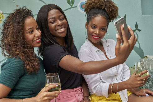 Woman taking a selfie with her friends. Botanica Mozambique, Moçambique, Maputo. - VEGF00168