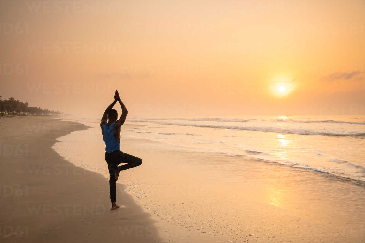 Man practising yoga on beach - CUF51061 - Ben Pipe Photography/Westend61