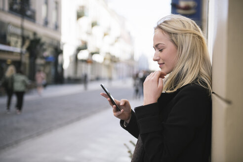 Young woman using cell phone in the city - AHSF00387