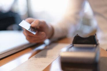 Customer paying bill with credit card, close-up - DIGF07019