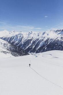 Österreich, Tirol, zwischen Ischgl und Galtür, eine Skitourengeher steigt im Tiefschnee auf zum Gipfel der Hohen Köpfen - MMAF00938