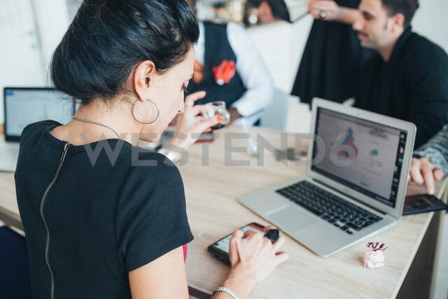 Businessmen and businesswomen working in loft office - CUF51282 - Eugenio Marongiu/Westend61