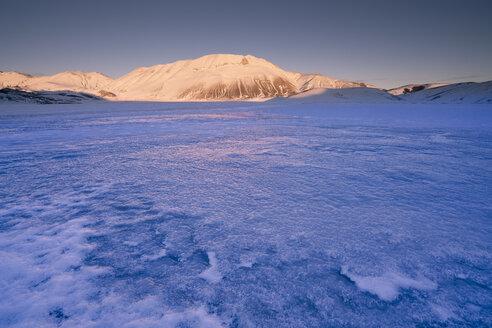 Italy, Umbria, Piano Grande of Castelluccio di Norcia plateau and Vettore in Winter - LOMF00859