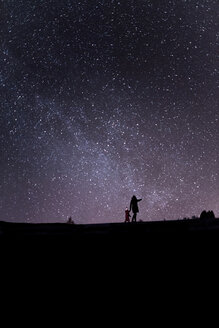 Finland, Kuopio, mother and daughter watching milky way - PSIF00259