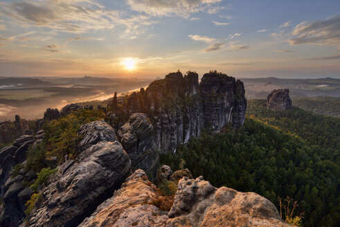 Germany, Saxony, Elbe Sandstone Mountains, rocks and rock needles of the Schrammsteine and Falkenstein at sunset - RUEF02211