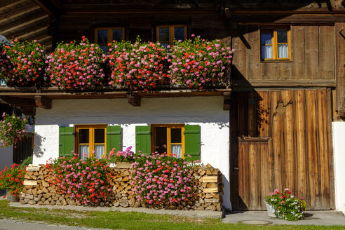Blumengeschmückte Bauernhöfe, Grainau bei Garmisch-Partenkirchen, Werdenfelser Land, Oberbayern, Bayern, Deutschland, - LB02574
