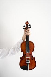 Girl's hand holding a violin - EYAF00225