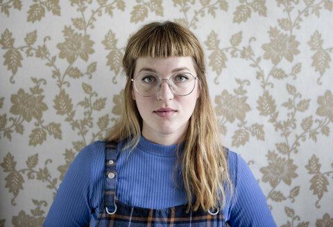 Deutschland,NRW,Ruhrgebiet,Stadt Essen,Porträt einer Studentin - FLLF00178