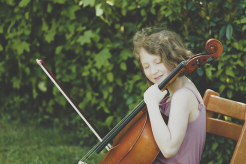 A girl playing the cello with eyes closed - IHF00021