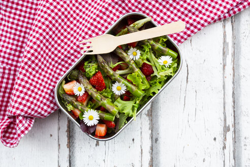 Lunchbox with green salad, green asparagus, strawberries and daisies - LVF08042