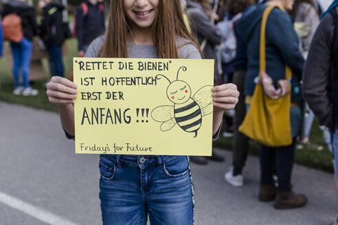 Protest, Demo für den Umweltschutz, Klimaschutz, Mädchen hält ein Schild, Vilsbiburg, Bayern, Deutschland - STBF00347