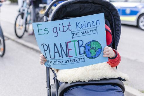 Protest, Demo für den Umweltschutz, Klimaschutz, Baby in einem Kinderwagen hält ein Schild, Vilsbiburg, Bayern, Deutschland - STBF00350