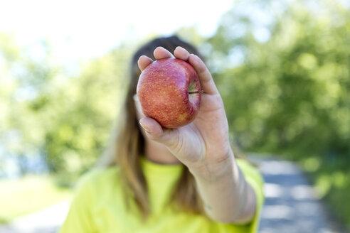 Deutschland,NRW,Ruhrgebiet,Stadt Essen,junge Frau mit einem Apfel - FLLF00220