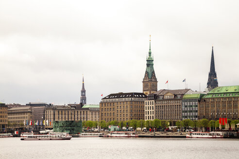 City view with city hall and St Nikolai Memorial and Inner Alster in the foreground, Hamburg, Germany - PUF01533