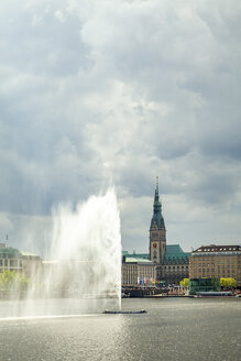 View to city hall with Inner Alster and Alster fountain in the foreground, Hamburg, Germany - PUF01539