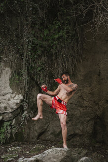 Training in the forest and waterfall/SPAIN/MONACHIL - LJF00072