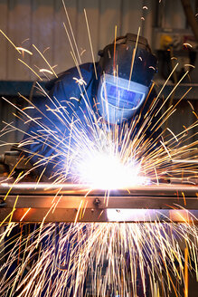 Welder using welding saw - JUIF01098