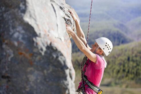 Woman rock climbing - JUIF01128